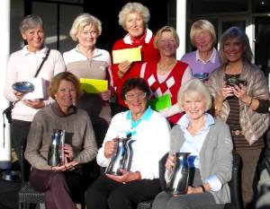 Vinderne af Tirsdagsklubben vandrepokaler. Første række fra venstre: Inge Udsen, A-rækken, Anne Stryhn, B-rækken og Austa Rasmussen C-rækken. Bagerst fra venstre: Vivian Hallstein, bedste Brutto, Ingelise Randow nr. 2 i B-rækken, Alice Molin nr. 3 i B-rækken, Nina Busekist nr. 2 i C-rækken, Birgit Peitersen, vinder af Round Robin og yderst til højre Birgitte Willumsen, vinder af 9-rækkens vandrepokal